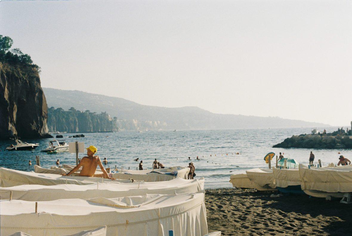 [CARTE POSTALE] Dans les méandres de la ville, dans les virages de la côte Une photo de Marion Bonneau pour un article disponible sur lescamoteur.fr